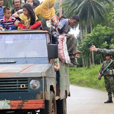 Filippiiniläiset merijalkaväen sotilaat tarkastavat autoa.