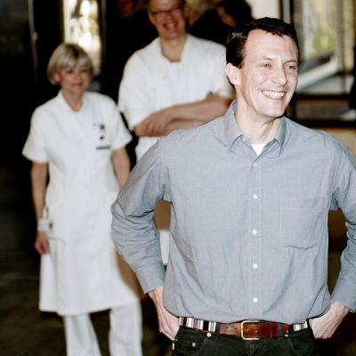 Prinssi Joachim iloitsee uuden perheenjäsenen johdosta sairaalan edustalla Kööpenhaminassa.