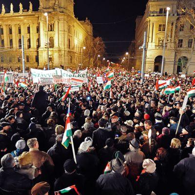Ihmiset osoittavat mieltään hallituksen puolesta Budapestissa.