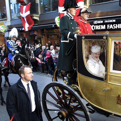 Kymmenet tuhannet tanskalaiset kokoontuivat seuraamaan paraatia, jossa Margareetaa kuljetettiin hevosvaunuilla Kööpenhanminan halki.