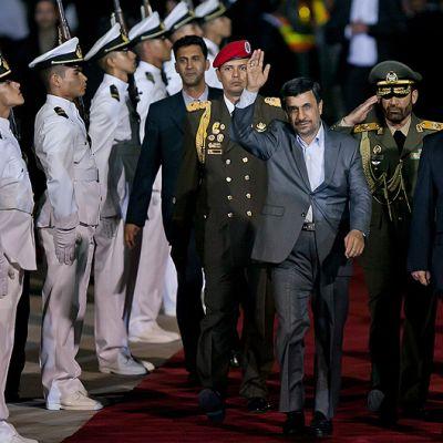 Iranin presidentti Mahmud Ahmadinejad Maiquetian lentokentällä Venezuelassa maan varapresidentin Elias Jaguan (2. oik.) otettua hänet vastaan.