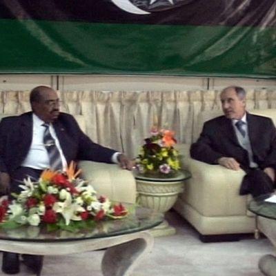 Omar al-Bashir ja Libyan Mustafa Abdul Jalil istuvat neuvottelemassa