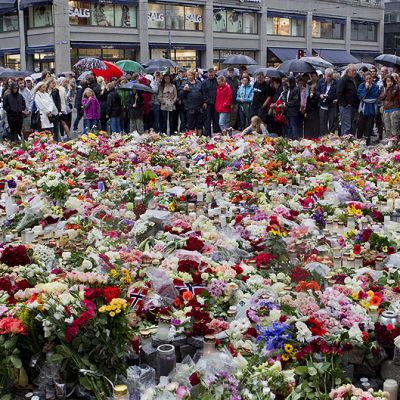 Kukkia ja kynttilöitä Oslon tuomiokrikon edustalla joukkomurhien uhrien muistoksi.