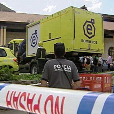 Palokunta ja poliisi hotellin kylpyläosaston edustalla