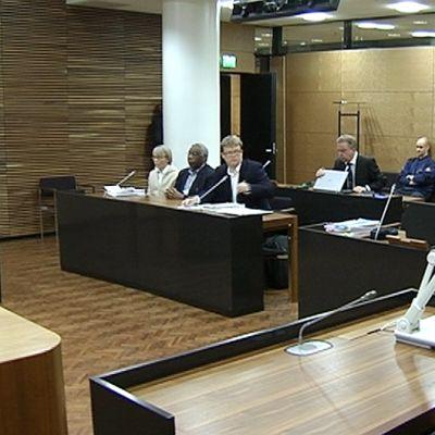 Kansanmurha-oikeudenkäynnin osapuolet oikeussalissa.