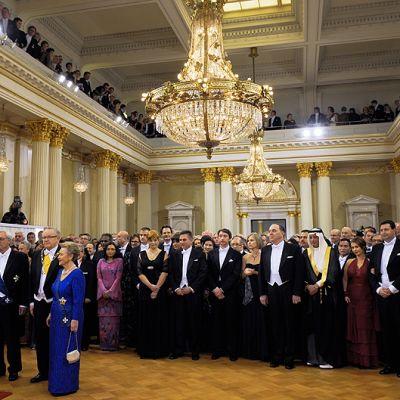 Presidentit ja juhlien muita vieraita presidentinlinnassa.
