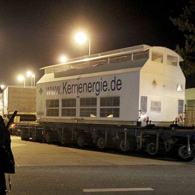 Poliisi valvoo ydinjätelujetuksen saapumista välivarastoon.