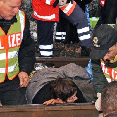 Saksalaiset poliisit irrottavat ydinvoiman vastustajia kiskoista Vastdorfissa