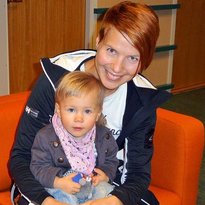 Pikkuneiti Kiira poseeraa tottuneesti äidin sylissä. Heidilläkin on aihetta hymyyn kun uusi levy on tulossa syyskuun alussa.