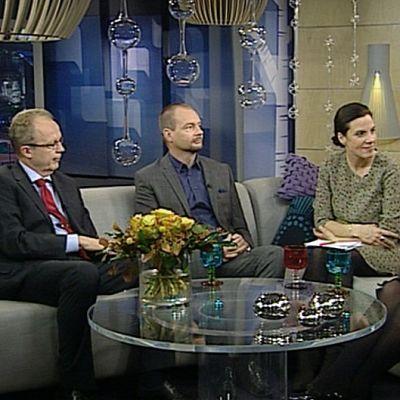 Kolme vierasta ja juontaja keskustelevat sohvalla istuen