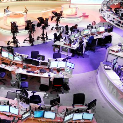Televisiokanava Al-Jazeeran englanninkielisen kanavan uutishuone Dohassa Qatarissa.
