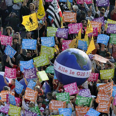G20-kokousta vastustavat mielenosoittajat marssivat.