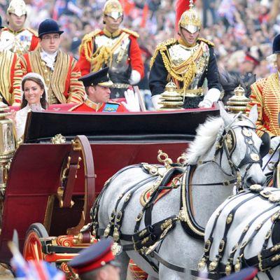 Hääpari matkusti vihkikirkosta Buckinghamin palatsiin hevosvaunuilla.