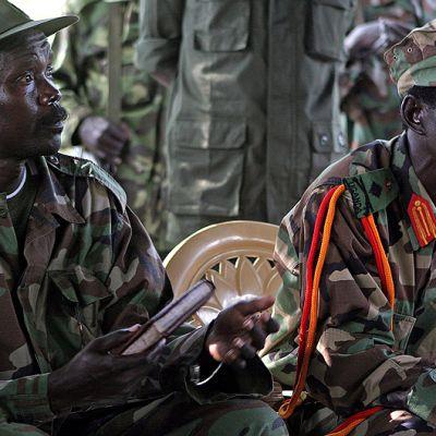 Jumalan vastarinta-armeijan johtaja Joseph Kony (vas.) ja hänen kakkosmiehensä Vincent Otti.