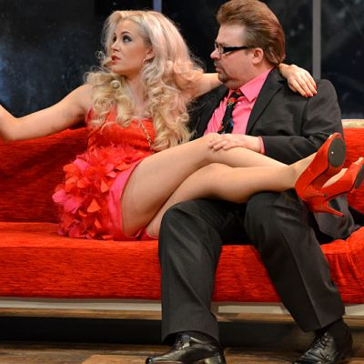 Susanna Laine  ja Jani Koskinen punaisella sohvalla