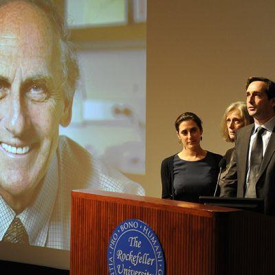 Lääketieteen Nobel-palkinnon voittaneen Ralph M. Steinmanin perhe Lesley (vas.), Claudia, Adam ja Alexis Steinman puhuvat lehdistötilaisuudessa Rockefeller-yliopistossa.