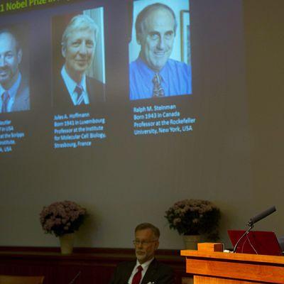 Karoliinisen instituutin professori Hans-Gustaf Ljunggren julkistaa lääketieteen Nobel-palkinnon voittajat.