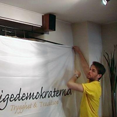 Ruotsindemokraattien julistetta ripustetaan.