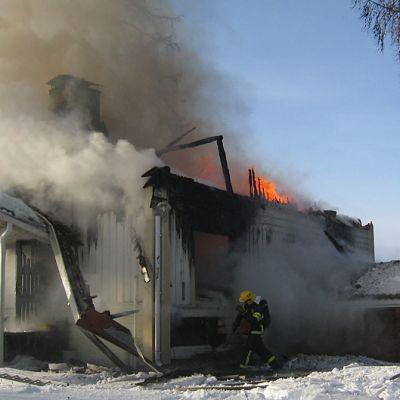 Tuuloksen pappila palo poroksi 10.2.2011
