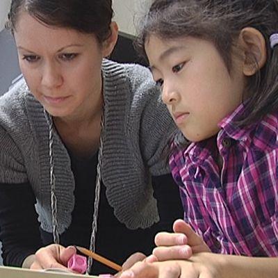 Lea Luodes opettaa siirtymäluokan oppilaita Amurin kansainvälisessä koulussa.