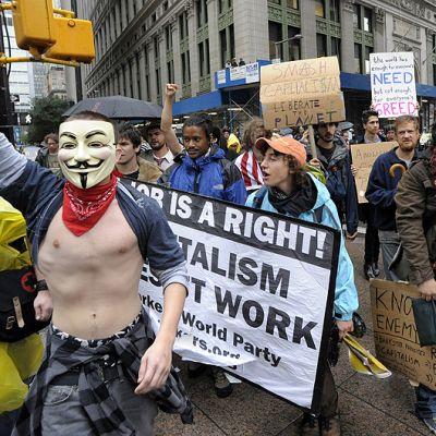 Mielenosoittajat marssivat Wall Streetilla.