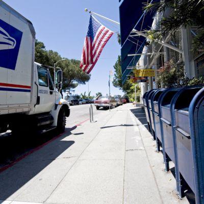 Postirekka ja postilaatikoita aseman edessä Kaliforniassa Yhdysvalloissa.