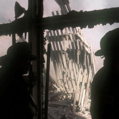 Palomiehiä juuri romahtaneiden WTC -tornien raunioilla.