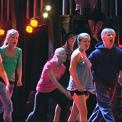 Stage-musikaalin harjoitukset Peacock-teatterissa Helsingissä