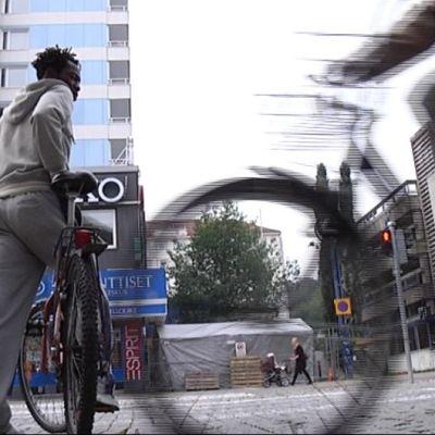 Pyöräilijöitä Lahden keskustassa