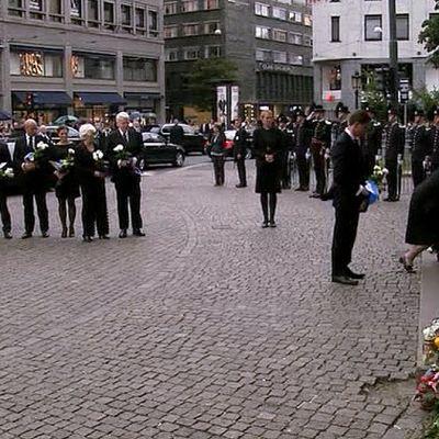 Presidentti Tarja Halonen ja pääministeri Jyrki Katainen laskevat muistokukat Oslon tuomikirkon edustalle.