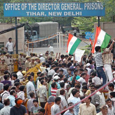 Anna Hazareen kannattajat osoittavat mieltään Tiharin vankilan edustalla New Delhissä.