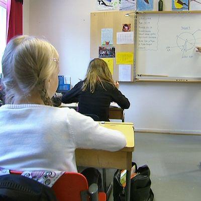 Oppilaita tunnilla Vaasan kristillisessä koulussa.