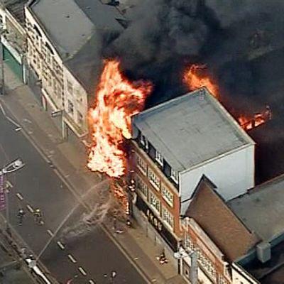 Palomiehet sammuttamassa palavaa taloa.