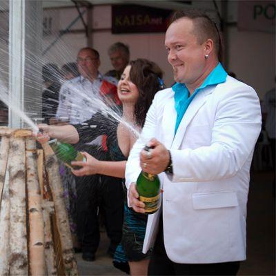 Suomi Iskelmän SM-laulukilpailun voittajat Sanna Toivanen ja Timo Turunen tuulettavat voittoaan.