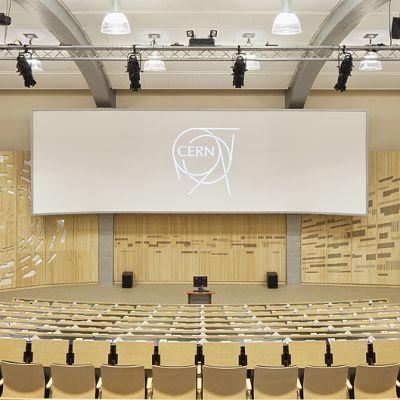 Hiukkasfysiikan tutkimuskeskuksen CERNin pääauditorio ja sen seinälle toteutettu Ilona Ristan reliefiteos Collision.