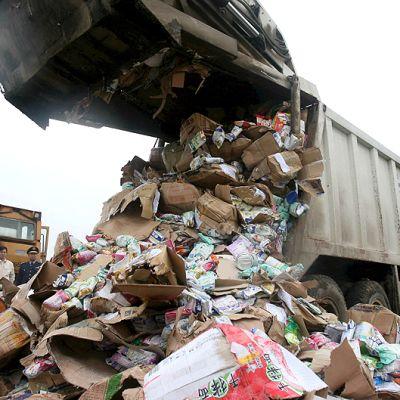 Maitojauhetuotteita, joihin oli sekoitettu melamiinia, kaadetaan kaatopaikalle hävitettäväksi.