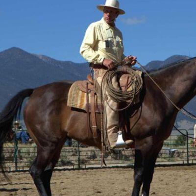 Mies hevosen selässä.