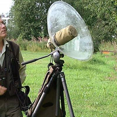 Mies tutkii linnunlaulua.