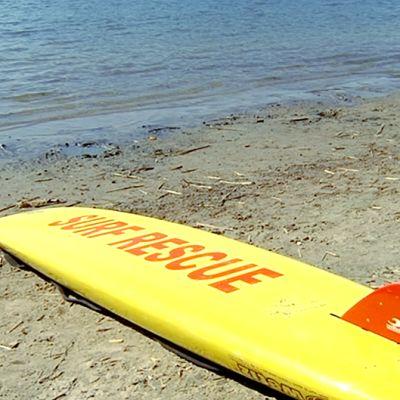 Hengenpelastuslauta rannalla.