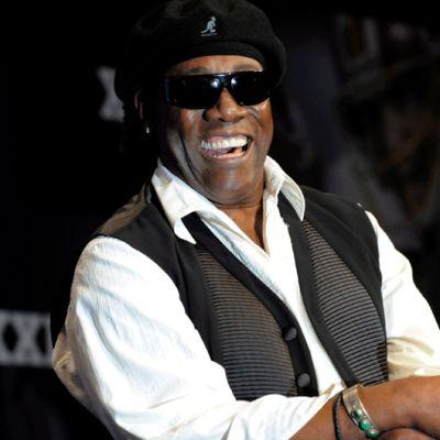 Clarence Clemons nauraa mikrofoni kädessä.