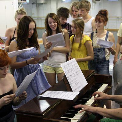 Tampereen Yhteiskoulun lukiolaiset harjoittelevat musikaalia