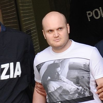 Poliisit saattavat yhtä Italian 100 etsityimmästä rikollisesta, Carmine Amatoa, heidän poistuessaan Napolin pääpoliisiasemalta Amaton pidätyksen jälkeen.