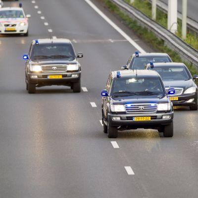 Vankikuljetussaattue siirtymässä Rotterdamin lentokentältä Haagin Scheveningen vankilaan