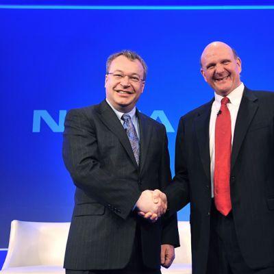 Nokian toimitusjohtaja Stephen Elop ja Microsoftin toimitusjohtaja Steve Ballmer kättelevät