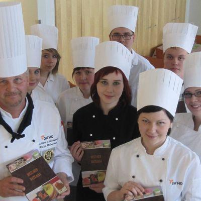 Pirkon leipuri-oppilaat opettajansa kanssa