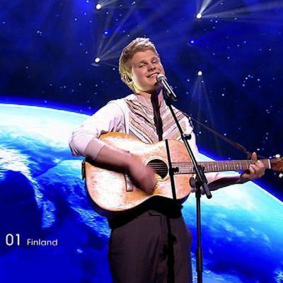 Paradise Oskar esiintymässä Euroviisujen finaalissa.