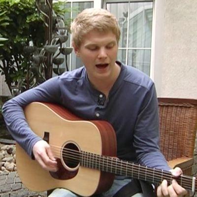 Paradise Oskar laulamassa.