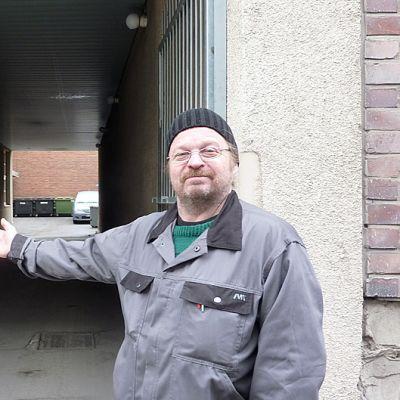Ilkka Mäkilä osoittaa kädellään Pinninkadun porttikongia