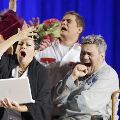 Juha Riihimäki, Anna-Lisa Jaskobsson, Tuomas Katajala ja Jyrki Korhonen esiintyvät Kansallisoopperan Gianni Schicchi -oopperassa.