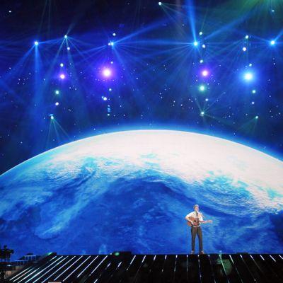 Paradise Oskar esiintyy Euroviisujen harjoituksissa Düsseldorf-areenan lavalla.